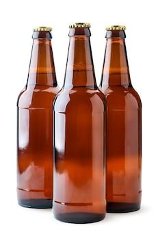 Birra in primo piano di bottiglie di vetro su sfondo bianco. isolato