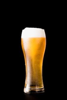Bicchiere di birra davanti a sfondo nero