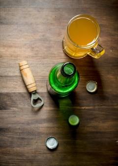 Birra in una tazza di vetro e una bottiglia.