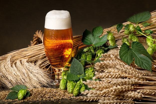 Bicchiere da birra e materia prima per la produzione di birra