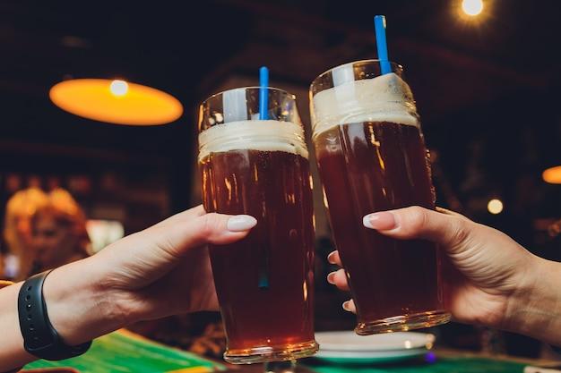 Bicchieri da birra alzati in un brindisi