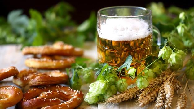 Birra, luppolo, salatini e spighe di grano. oktoberfest.