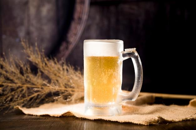 Barattolo di birra con ramo sfocato