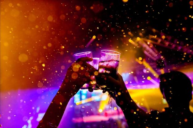 Boccale di birra nella celebrazione della bevanda della birra, luce colorata fuoco concetto di celebrazione con spazio di copia