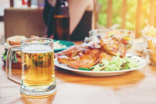 Beer party e pollo alla griglia felice godendo in casa