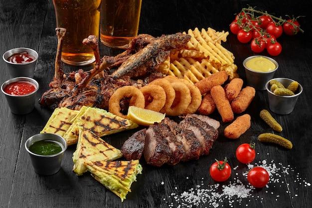 Set da birra di pollo, maiale, pesce, formaggio, bastoncini, anelli di cipolla, patatine fritte e burrito?