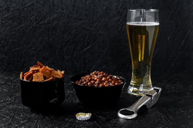 Spuntini alla birra. birra su uno sfondo scuro.