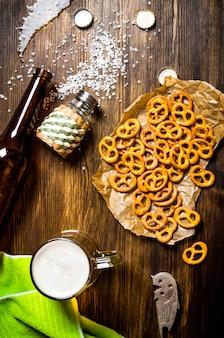 Tavolo della birra: una bottiglia caduta, birra, cracker salati
