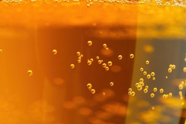 Il testo della birra può essere utilizzato come sfondo soft focus primo piano di birra con poche bolle e spazio di copia