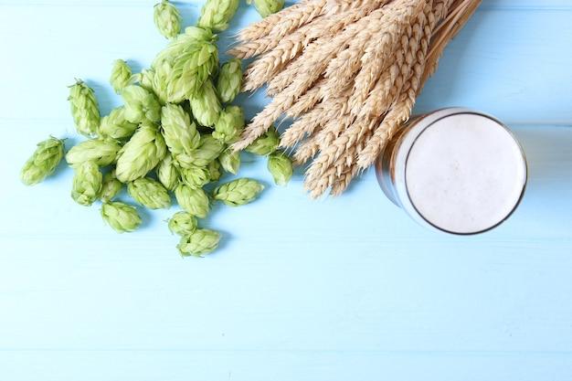Birra di grano e luppolo in tavola