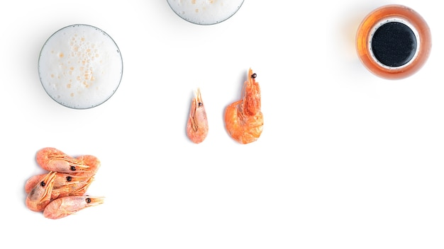 Birra con spuntini di pesce su uno sfondo bianco