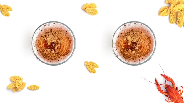 Birra con snack su uno sfondo bianco
