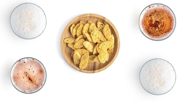 Birra con snack su uno sfondo bianco Foto Premium