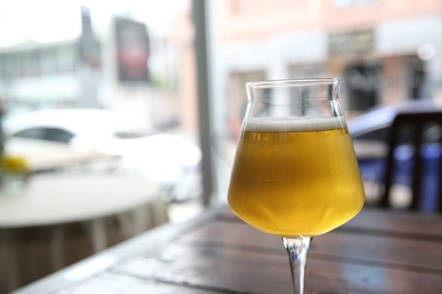 Birra su fondo di legno
