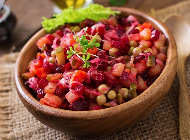 Vinaigrette di insalata di barbabietole in una ciotola di legno