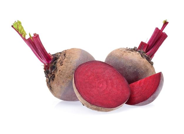 Barbabietola rossa isolata su sfondo bianco