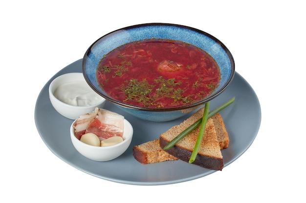 Zuppa rossa di barbabietola, borscht, piatto del ristorante, immagine isolata