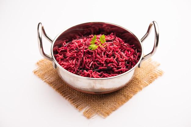 Riso alla barbabietola o pulao o pulav servito in una ciotola o karahi, fuoco selettivo. cibo indiano
