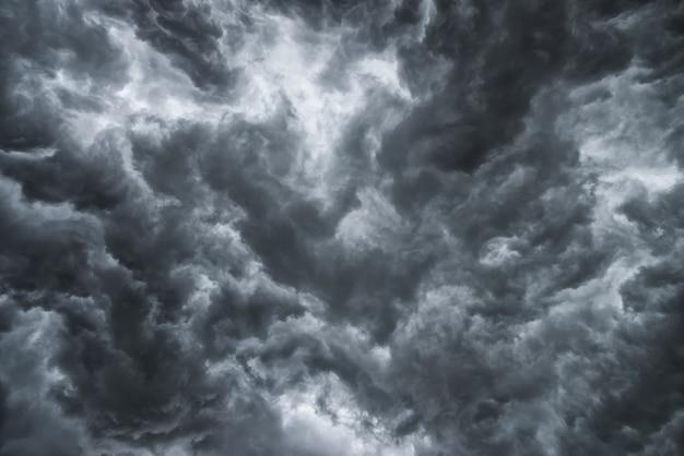 Prima della forte tempesta di pioggia. molti fulmini e vento forte. il cielo di nuvole scure sembra un grande fumo nero.