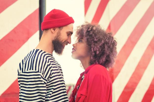 Prima di baciare. giovani romantici attraenti che sorridono gentilmente e stanno vicini gli uni agli altri