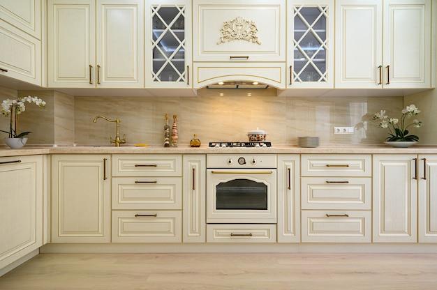 Mobili beige in cucina