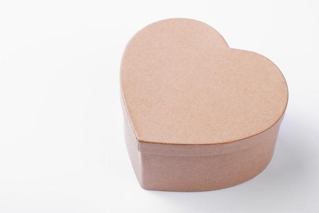 Scatola regalo a forma di cuore beige. confezione regalo isolata. sorpresa in scatola regalo fatta a mano. buon san valentino.