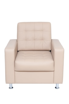 Comoda poltrona da ufficio in pelle beige isolata su sfondo bianco