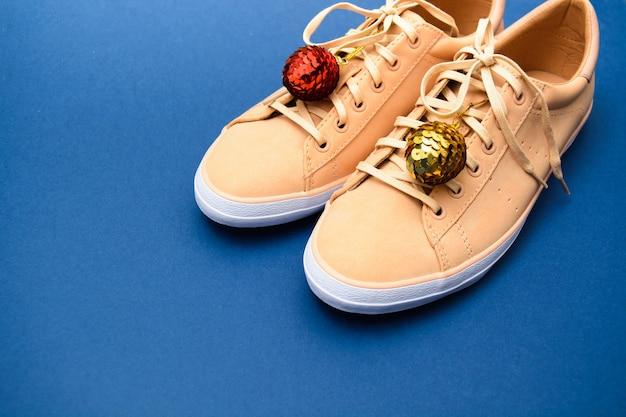 Sneakers beige con ornamenti natalizi