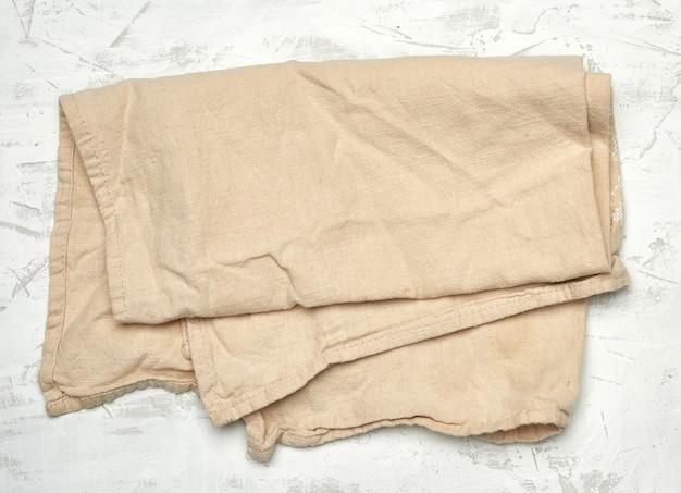 Asciugamano da cucina in tessuto beige su bianco