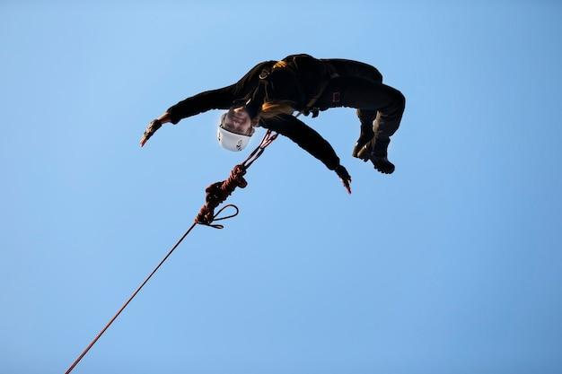 Bielorussia, gomel, 10.03.2017 anno salto dal ponte con una corda. roupe jumping