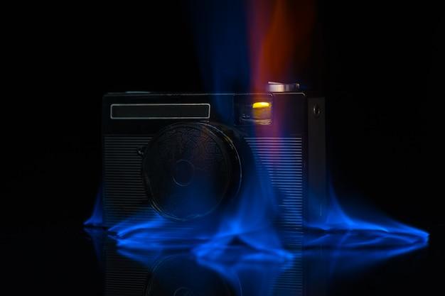Bielorussia, minsk - 20 maggio 2020: la fotocamera brucia con il fuoco su sfondo nero