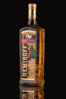 Bielorussia, minsk - 21 maggio 2020: bottiglia di vodka al pepe di miele nemiroff su sfondo nero