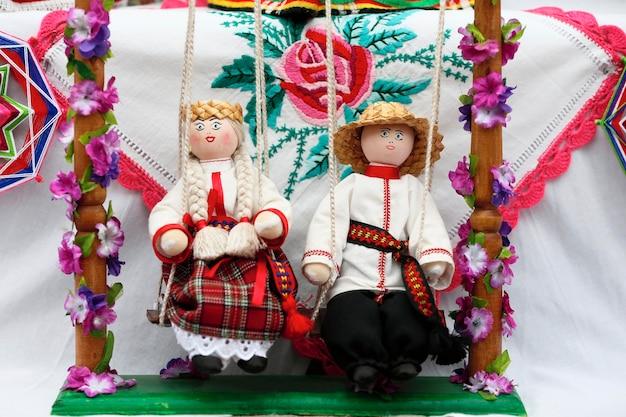 Bambole maschili e femminili nazionali bielorusse il simbolo della bielorussia bambole bielorusse