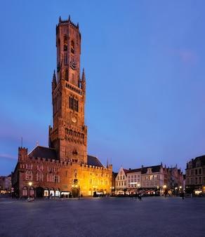 Torre campanaria e piazza grote markt a bruges in belgio il tramonto nel crepuscolo