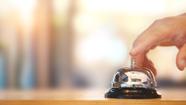 Campanello sul bancone per servizio con sfondo sfocato