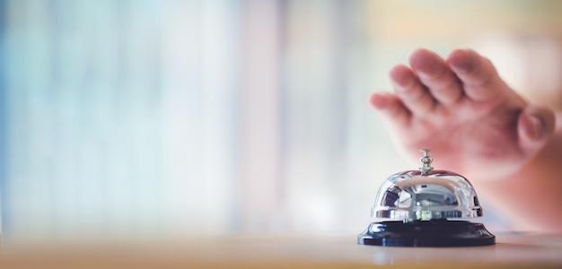 Campanello da banco per servizio a mano. suona la campana
