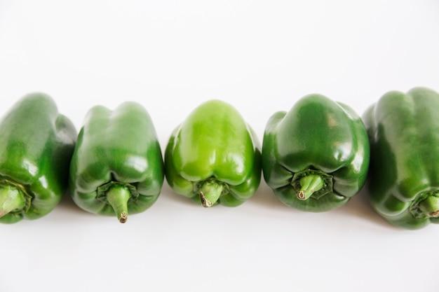 Peperone (peperone bulgaro). verdura fresca verde. sfondo bianco. stile minimalista