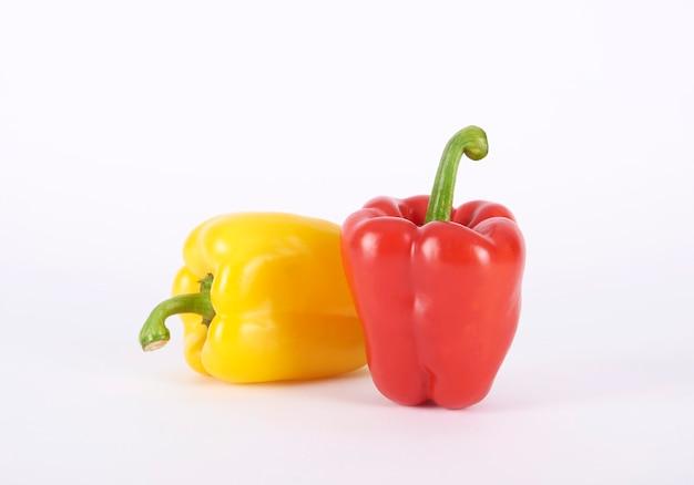 Peperoni dolci isolati su sfondo bianco.