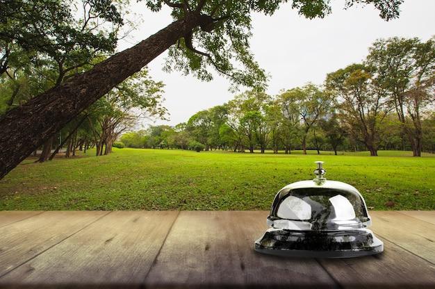 Servizio di campana sulla tavola di legno, concetto di aria fresca e pulita