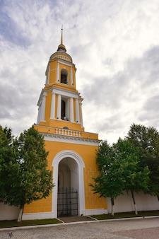 Il campanile sulla piazza della cattedrale del cremlino di kolomna, campanile giallo