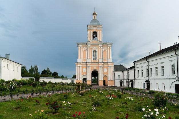 Campanile del monastero khutyn della trasfigurazione del salvatore e di san varlaam. russia, novgorod