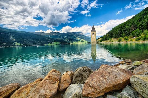 Campanile del lago di resia (resia) alto adige italia