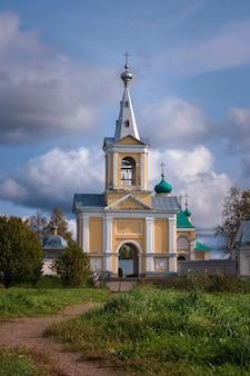 Il campanile del monastero di donne ortodosse di vvedeno oyatskiy nella foresta di vepsky della regione di leningrado in russia.