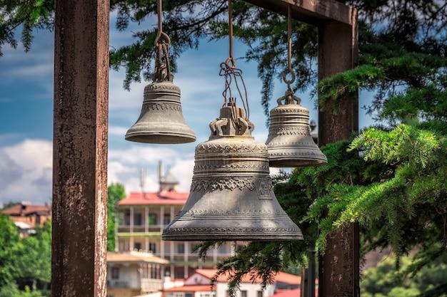 Le campane della chiesa con vista sulla città dietro