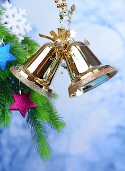 Campane con decorazioni natalizie su sfondo chiaro