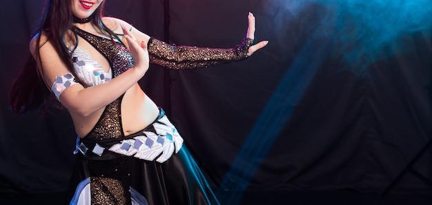 Danzatrice del ventre. giovane donna attraente danza fusione tribale sul palco. danza esotica orientale.