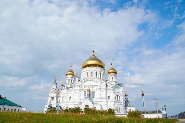 Il monastero di belogorsky sullo sfondo del cielo azzurro con nuvole