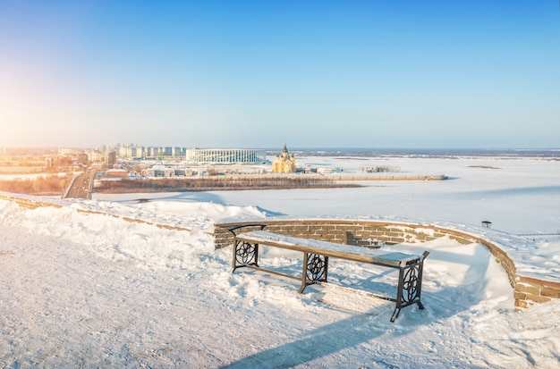 Panchina sulla sponda alta del fiume oka e vista sulla cattedrale alexander nevsky a nizhny novgorod