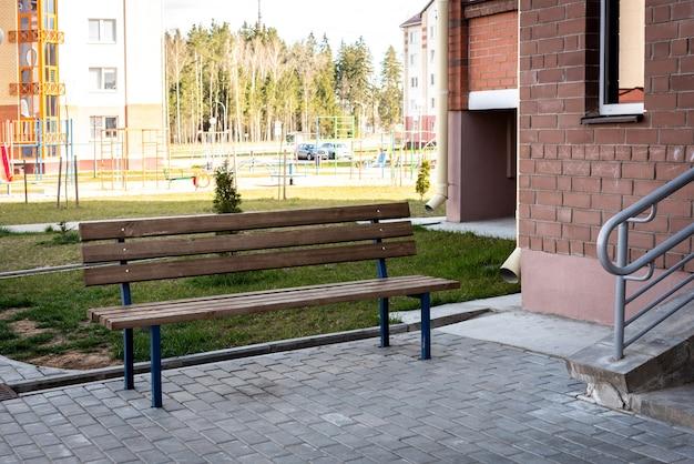 Panchina vicino all'ingresso di un edificio residenziale.