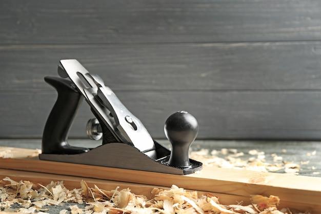 Piano da banco, assi di legno e segatura sul tavolo nella bottega del falegname